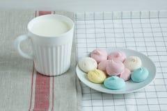色的蛋白甜饼用牛奶 免版税库存图片