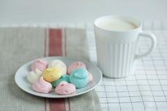 色的蛋白甜饼用牛奶 库存照片
