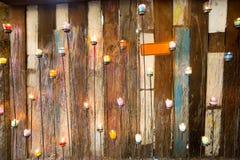 色的蜡烛有木墙壁背景- Ratchaburi, Thaila 免版税库存图片