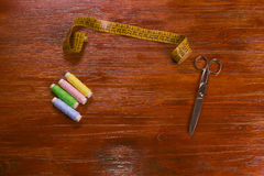 色的螺纹、剪刀和卷尺 免版税图库摄影