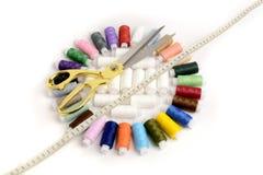 色的螺纹、测量的磁带和剪刀 免版税图库摄影