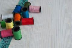 色的螺纹和卷尺顶视图  库存照片
