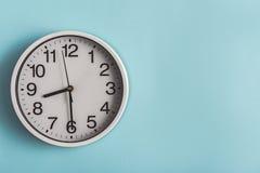 色的表面上的圆的手表 库存照片