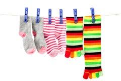 色的袜子晒衣夹附有绳索 免版税库存图片