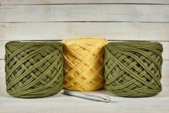 色的被编织的毛线卷轴  库存图片