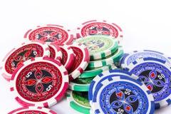 色的赌博的筹码啤牌 免版税库存图片