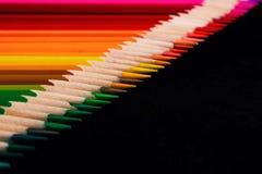 色的铅笔一条对角线的一个宏观图象提高了技巧 免版税库存照片