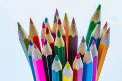 色的铅笔准备好待用削尖了 免版税库存照片