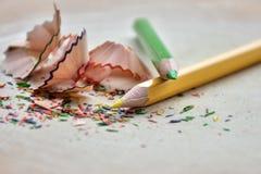 色的铅笔削片在白色背景中 免版税库存照片