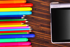 色的铅笔和板材在木背景 库存图片