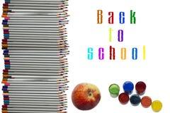 色的铅笔和油漆在白色 免版税库存图片