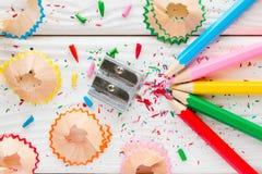 色的铅笔和铅笔刀 免版税库存图片