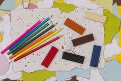 色的铅笔和雕塑黏土在纸板 库存图片