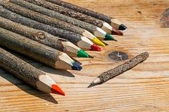 色的铅笔手工制造从分支树7 免版税库存图片