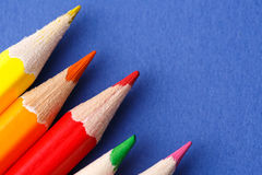 色的铅笔角度 在蓝色背景的许多不同的色的铅笔 免版税库存照片