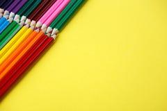 色的铅笔角度 在黄色背景的许多不同的色的铅笔 库存图片