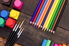 色的铅笔-上色在土气桌上的铅笔 免版税库存照片