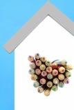 色的铅笔从心形的窗口非常突出  免版税库存照片