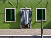 色的门面在Burano 免版税库存照片