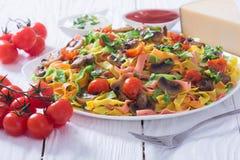 色的面团用蘑菇、蕃茄和乳酪 库存照片