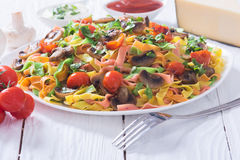 色的面团用蘑菇、蕃茄和乳酪 库存图片