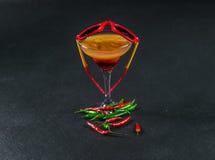 色的饮料,红色桔子,柠檬,马蒂尼鸡尾酒玻璃的组合 免版税库存图片