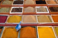 色的香料在市场上 库存图片