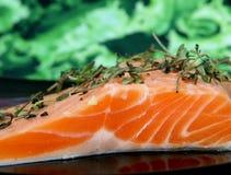 色的鱼食物卤汁玫瑰色牛排夏天酒 免版税库存照片