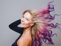 色的头发 微笑的妇女画象有飞行头发的 Ombre 梯度 免版税库存图片