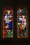 色的玻璃,哥特式被弄脏的窗口的教会 免版税图库摄影