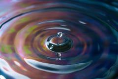色的水飞溅与分开小的小滴的 库存图片