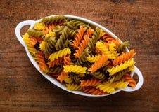 色的fusilli意大利面食 库存图片