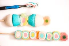 色的marshmelow,牙刷 健康牙 儿童健康和早晨口腔卫生的概念 健康牙科或有害的nutr 免版税库存图片