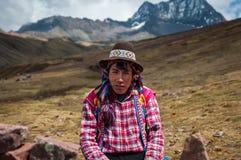 色的MOUNTAINES,秘鲁- 2016年10月8日:戴典型的衣裳和帽子的一个当地秘鲁人的画象 免版税库存图片