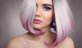 色的Ombre突然移动头发引伸 秀丽白肤金发的式样女孩与 库存图片