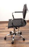 黑色皮革扶手椅子 免版税库存图片