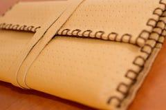 黄色皮革烟丝袋 免版税库存图片