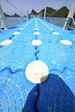 绿色盐水湖和绳索phangan ba的塑料码头海岸线 库存图片