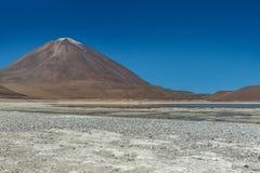 绿色盐水湖,拉古纳verde,玻利维亚 免版税图库摄影