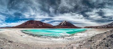 绿色盐水湖(拉古纳Verde)有火山的利坎卡武尔火山在背景中 免版税库存照片