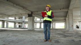 黄色盔甲的工程师在建造场所停留 股票录像