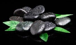 黑色石头 秀丽健康按摩产品温泉向主题健康扔石头 免版税库存图片