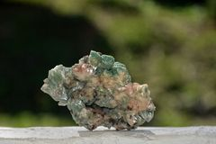 绿色矿物石英石头 免版税库存照片