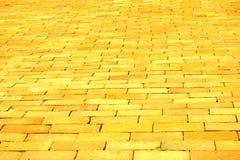 黄色砖路 库存图片