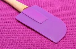 紫色硅树脂厨房辅助部件特写镜头  免版税库存照片