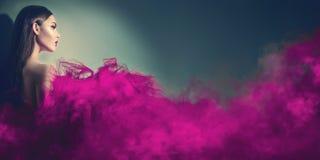 紫色礼服的华美的深色的式样妇女 图库摄影