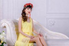 黄色礼服的女孩 免版税库存照片
