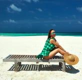 绿色礼服的妇女在马尔代夫的一个海滩 库存照片