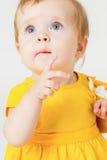 黄色礼服的小女孩在轻的背景 免版税图库摄影