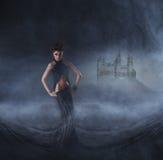 黑色礼服的性感的妇女 日历概念日期冷面万圣节愉快的藏品微型收割机说大镰刀身分 免版税图库摄影